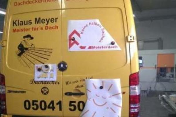 fahrzeugbeschriftung-dachdeckerei-klaus-meyer-db-sprinter-03-hinten-bekleben-h700F13BD3F9-54C3-C695-80CD-0E91E1F9D2CE.jpg